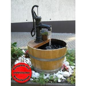 Springbrunnen aus 225L-Weinfass mit Gusseisenpumpe, hell gebeizt aus gebrauchter Weinfasshälfte aus massivem Eichenholz