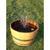 Springbrunnen aus 75 Liter Halbfass mit Solarpumpe, hell lasiert
